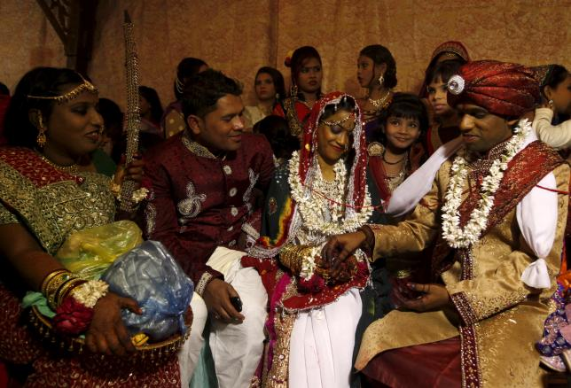 A bride and groom couple go through a ritual during a mass marriage ceremony in Karachi, Pakistan, January 24, 2016.  REUTERS/Akhtar Soomro