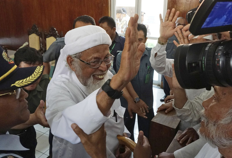 Radical Islamic cleric Abu Bakar Bashir (center) waves at his supporters after his appeal hearing at the local district court in Cilacap, Central Java, Indonesia, on Tuesday, January 12, 2016. Photo: AP