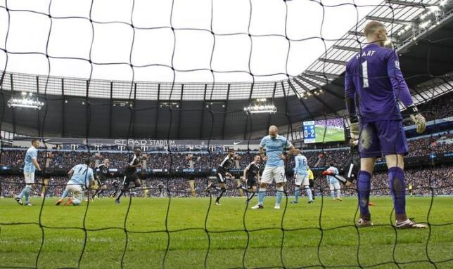 Football - Manchester City v Leicester City - Barclays Premier League - Etihad Stadium - 6/2/16nLeicester City's Robert Huth celebrates scoring their third goal as Manchester City players look dejectednAction Images via Reuters / Jason CairnduffnLivepic