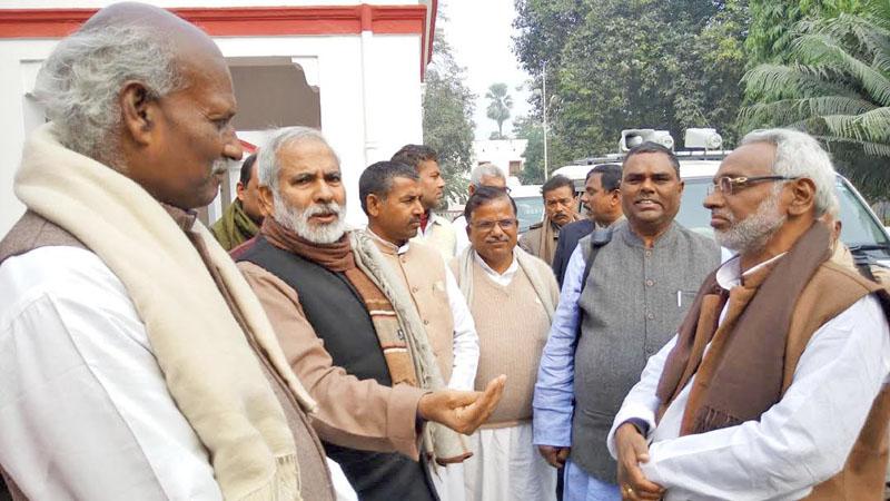 Raghuvansh Prasad Singh, Vice-President of Rastriya Janata Dal, talking with top leaders of United Democratic Madhesi Front (UDMF) in a programme organised by Media for Border Harmony in Muzaffarpur of Bihar in India, on Sunday, January, 31, 2016. Photo: Ram Sarraf