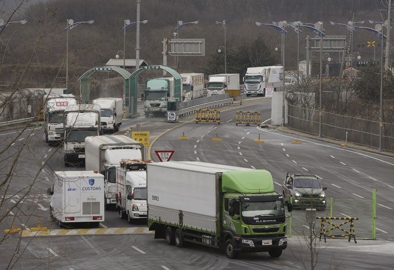 South Korean vehicles returning from North Korea's joint Kaesong Industrial Complex pass the customs, immigration and quarantine office near the border village of Panmunjom in Paju, South Korea, on Thursday, February 11, 2016. Photo: AP