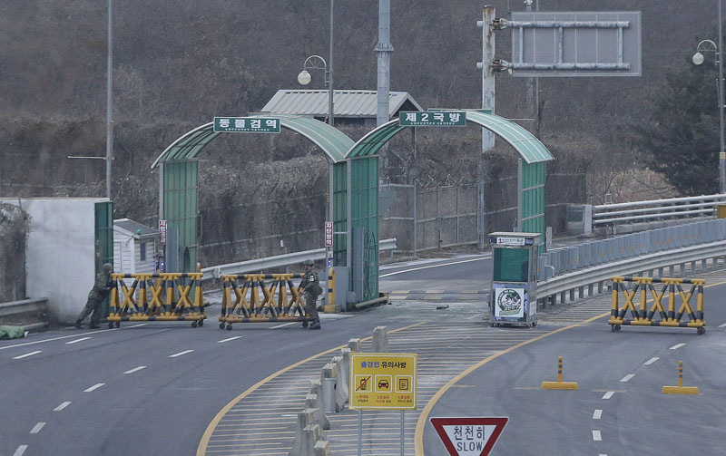 South Korean Army soldiers move barricades to close the road at the customs, immigration and quarantine office near the border village of Panmunjom in Paju, South Korea, on Thursday, February 11, 2016. Photo: AP
