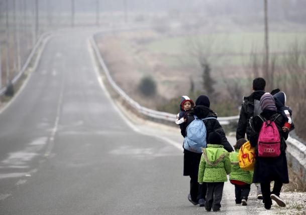 Stranded Afghan migrants make their way towards the Greek-Macedonian border near the Greek village of Idomeni, February 24, 2016. REUTERS/Yannis Behrakis