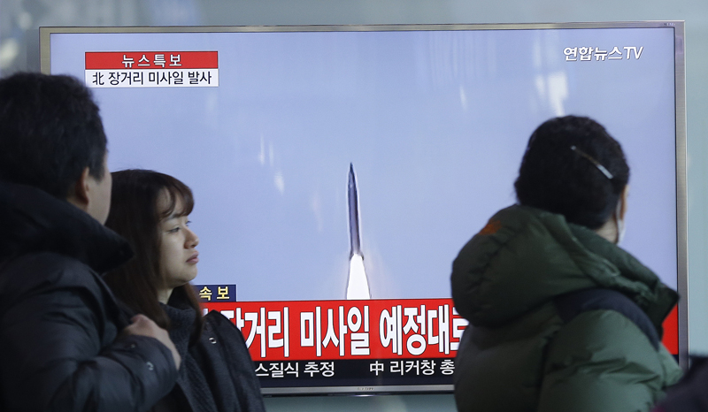 South Koreans watch a TV news programme with a file footage about North Korea's rocket launch at Seoul Railway Station in Seoul, South Korea, on Sunday, February 7, 2016. Photo: AP