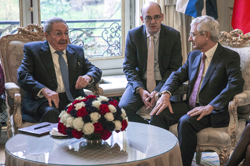 Cuban President Raul Castro, left, and the President of the French National Assembly Claude Bartolone, right, meet in Paris, Tuesday, February 2 2016. Photo: AP