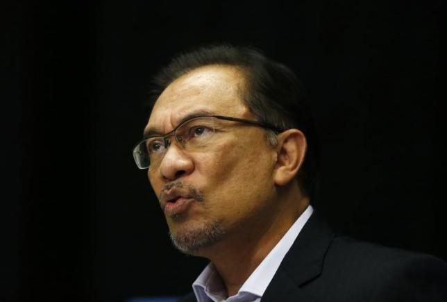 Malaysia's opposition leader Anwar Ibrahim speaks to the media ahead of the verdict in his final appeal against a conviction for sodomy in Kuala Lumpur February 4, 2015.  REUTERS/Olivia Harris/Files