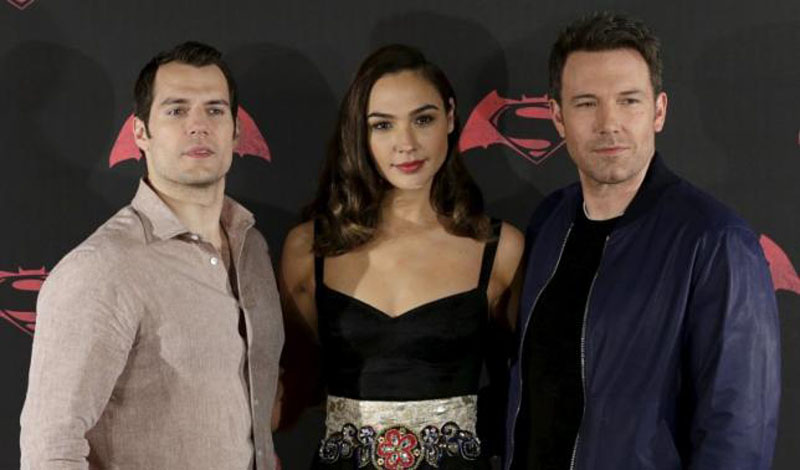 Actors Henry Cavill (L), Ben Affleck (R) and Gal Gadot pose during a photocall to promote the movie 'Batman v Superman: Dawn Of Justice' in Mexico City, Mexico, March 19, 2016. Photo: Reuters