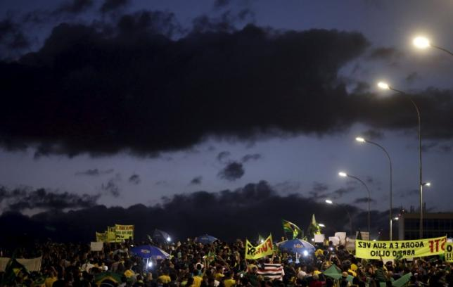 Anti-government demonstrators take part in a protest against President Dilma Rousseff's appointment of former President Luiz Inacio Lula da Silva as her chief of staff, in front of the Brazilian national congress in Brasilia, Brazil, March 17, 2016. REUTERS/Ricardo Moraes
