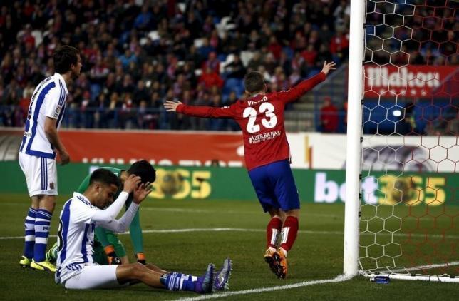 Football Soccer - Atletico Madrid v Real Sociedad - Spanish Liga BBVA - Vicente Calderon stadium, Madrid, Spain - 1/03/16. Atletico Madrid's Luciano Vietto (R) celebrates a goal during the match. REUTERS/Juan Medina