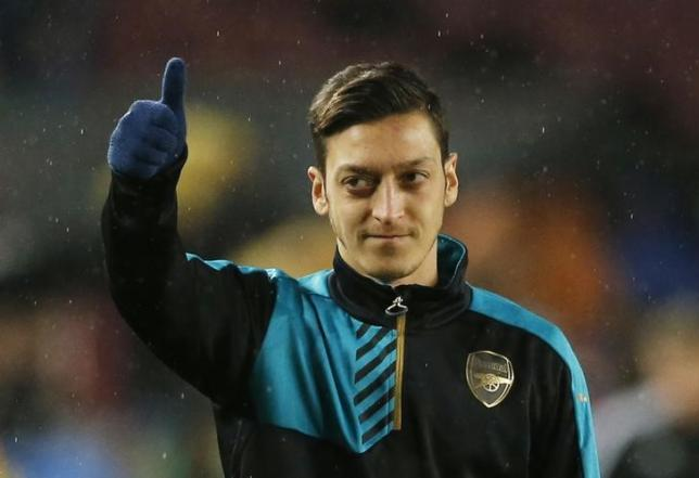 Football Soccer - FC Barcelona v Arsenal - UEFA Champions League Round of 16 Second Leg - The Nou Camp, Barcelona, Spain - 16/3/16nArsenal's Mesut Ozil warms up ahead of the matchnAction Images via Reuters / Carl RecinenLivepic