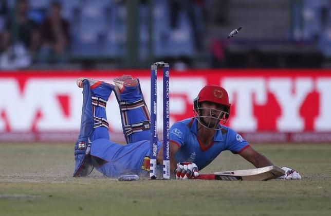 Cricket - England v Afghanistan - World Twenty20 cricket tournament - New Delhi, India, 23/03/2016. Afghanistan's Najibullah Zadran dives successfully to make his crease.   REUTERS/Adnan Abidi