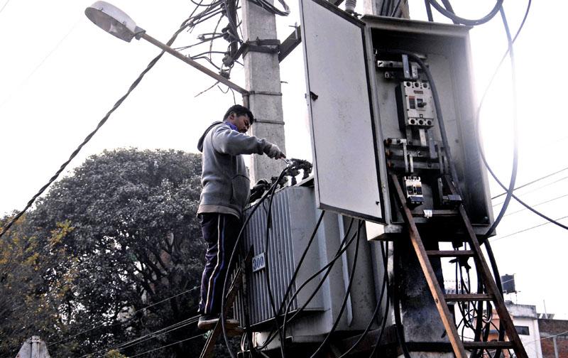 Nepal Electricity Authority technician. Photo: Balkrishna Thapa Chhetri/THT