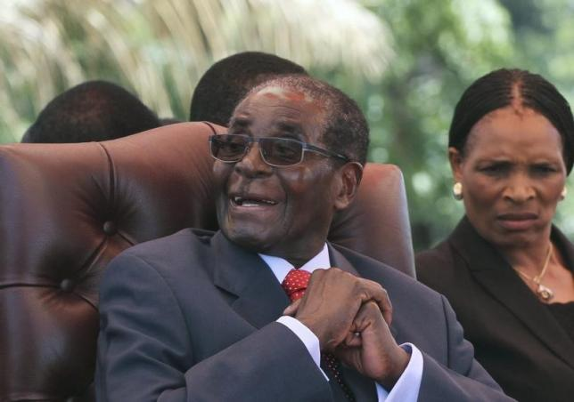Zimbabwe's President Robert Mugabe laughs before addressing the ZANU-PF party's top decision making body, the Politburo, in the capital Harare, February 10, 2016. REUTERS/Philimon Bulawayo