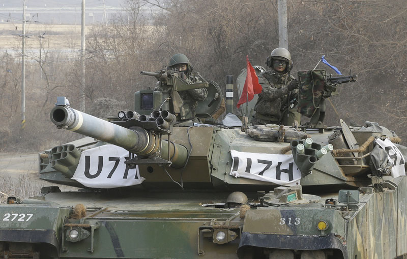 South Korean army soldiers ride a K-1 tank during an annual exercise in Yeoncheon, near the border with North Korea, Thursday, March 3, 2016. Photo: AP