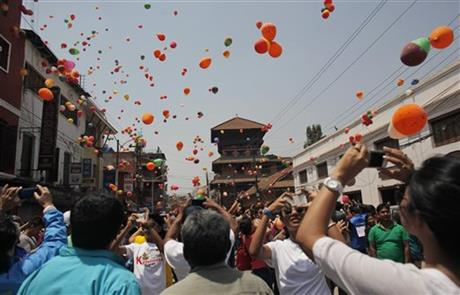 Nepalese people release balloons in memory of those who died in last yearu2019s devastating earthquake in Kathmandu, Nepal, Saturday, April 23, 2016. The April 25, 2015, earthquake, killed nearly 9,000 people. Photo: AP