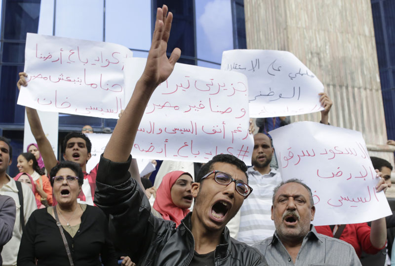 Activists shout slogans against Egyptian President Abdel-Fattah el-Sissi during a protest against the decision to hand over control of two strategic Red Sea islands to Saudi Arabia outside the Press Syndicate building, in Cairo, Egypt, on Wednesday, April 13, 2016. Photo: Amr Nabil/AP