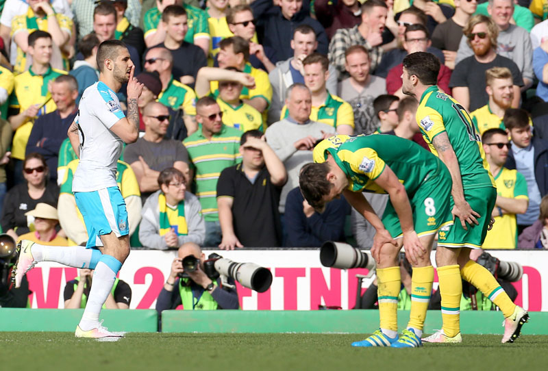 Newcastle United's Aleksandar Mitrovic (left)  celebrates scoring his side's first goal of the game , during the English Premier League soccer match between Norwich City FC and Newcastle United, at Carrow Road, in Norwich, England, on Saturday April 2, 2016. Photo: Chris Radburn/PA via AP