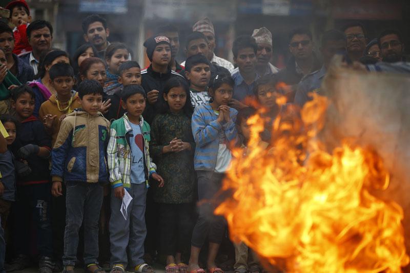 People observe the demonstration enthusiastically. Photo: Skanda Gautam/THT