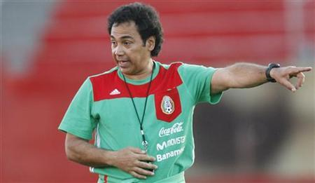 Mexico's soccer coach Hugo Sanchez gives instructions to his players during a practice session at the Caliente stadium in Tijuana City in this file photo from February 26, 2008. REUTERS/Henry Romero