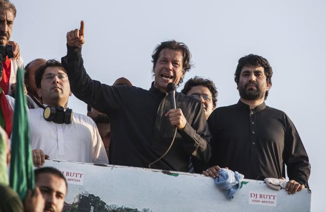 Imran Khan (C), chairman of the Pakistan Tehreek-e-Insaf (PTI) political party, addresses supporters during the Revolution March in Islamabad August 31, 2014.  REUTERS/Faisal Mahmood