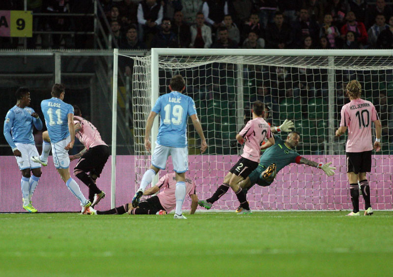 Lazio's forward  Miroslav Klose (second from left) scores a goal during the Italian Serie A soccer match between Palermo and Lazio at the Renzo Barbera Stadium in Palermo, Italy, on Sunday, April 10,2016. Photo: Franco Lannino/ANSA via AP Photo