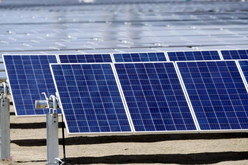 Solar panels covering 900 acres are seen at the Comanche Solar facility in Pueblo, Colorado on April 6, 2016. Photo: Reuters