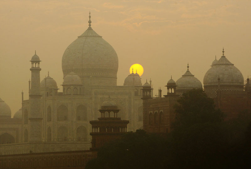 FILE - The sun rises over the Taj Mahal in Agra, India, on November 18, 2009. Photo: Gurinder Osan/AP