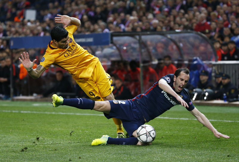 Barcelona's Luis Suarez in action with Atletico's Diego Godin during UEFA Champions League quarter final second leg at Vicente Calderon Stadium on April 13, 2016. Photo: Reuters