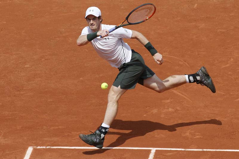 Andy Murray of Britain returns a shot to Ivo Karlovic of Croatia during the French Open, on May 27, 2016. Photo: Reuters