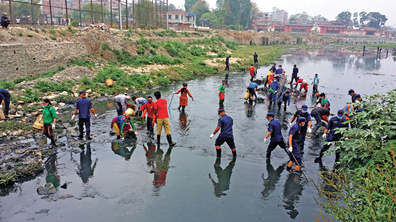 Volunteers participating in the Bagmati clean-up campaign, in Kathmandu, on Saturday, May 7, 2016. Photo: THT