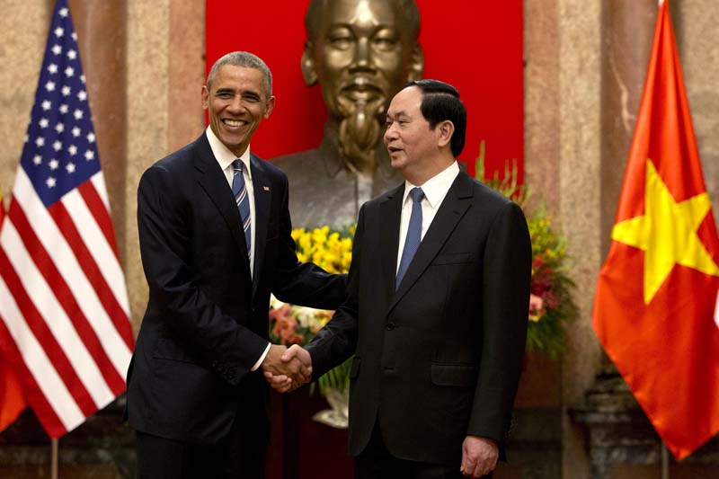 US President Barack Obama (left) and Vietnamese President Tran Dai Quang shake hands at the Presidential Palace in Hanoi, Vietnam, on Monday, May 23, 2016. Photo: AP