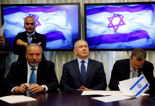Avigdor Lieberman, head of far-right Yisrael Beitenu party, (L) sits next to Israeli Prime Minister Benjamin Netanyahu (C) as they sign a coalition deal to broaden the government's parliamentary majority, at the Knesset, the Israeli parliament in Jerusalem May 25, 2016. REUTERS/Ammar Awad     TPX IMAGES OF THE DAY