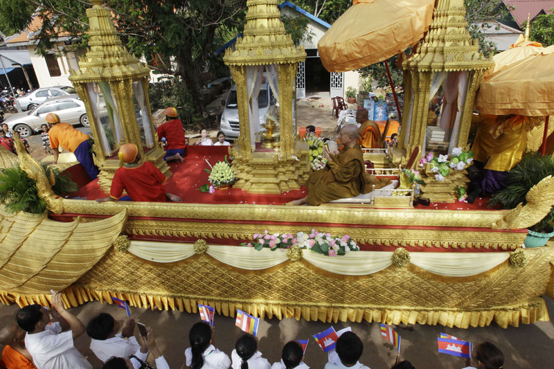 A ceremonial float carries the golden urn believed to hold the relics of Buddha makes its way during a march to Oudong, in Kandal province, some 40 kilometres (25 miles) northwest of Phnom Penh, Cambodia, on Friday, May 20, 2016. Photo: Heng Sinith/AP