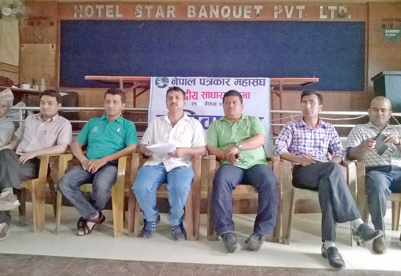 Federation of Nepali Journalists Chairman Mahendra Bista (centre) along with other members of the federation attending a press meet organised in Chitwan, on Wednesday, May 4, 2016. Photo: THT