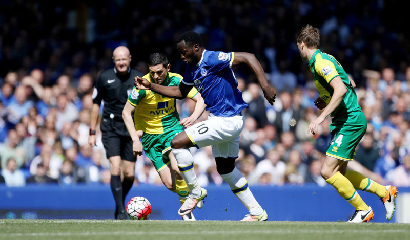Everton's Romelu Lukaku (centre) and Norwich City's Graham Dorrans, left. battle for the ball during their English Premier League soccer match against Norwich at Goodison Park, Liverpool, England, Sunday, May 15, 2016. (Richard Sellers/PA via AP