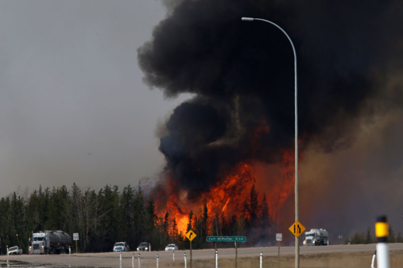 A wildfire burns near Highway 63 south of Fort McMurray, Alberta, Canada, May 6, 2016. Photo: Chris Wattie/Reuters