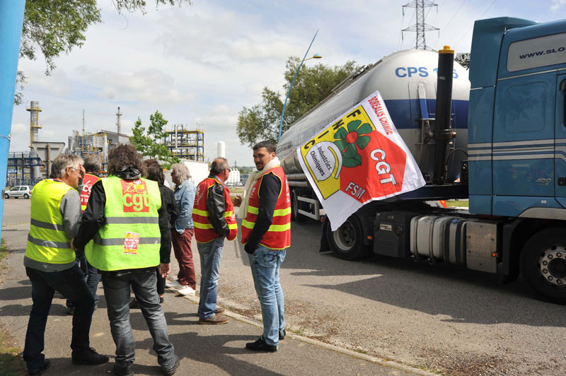 CGT and  FO union members stand in solidarity before upcoming strike activity at the Notre-Dame-de-Gravenchon refinery, western France, on Wednesday, May 25, 2016. Photo: AP
