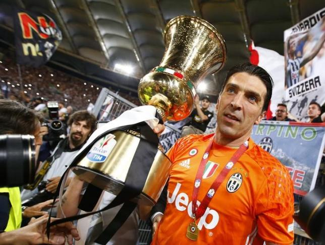 Football Soccer - Juventus v Milan - Italian Cup Final - Olympic stadium, Rome, Italy - 21/05/16  Juventus' goalkeeper Gianluigi Buffon holds the cup at the end of the match against AC Milan.                 REUTERS/Tony Gentile