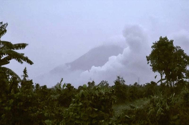 In this image made from video, hot clouds of ash rise from Mount Sinabung, in Tanah Karo, North Sumatra, Indonesia, on Saturday, May 21, 2016. Photo: APTN via AP