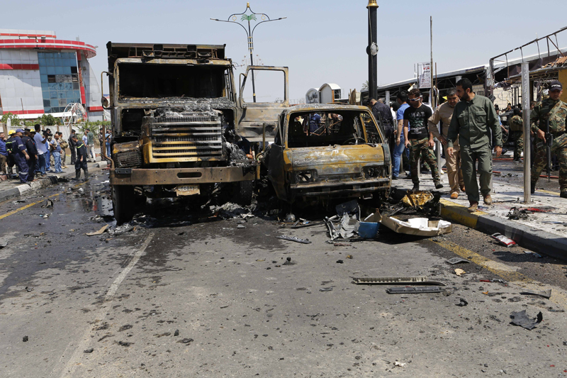 Iraqi security forces inspect the scene of a deadly suicide car bomb attack in a commercial area in the oil-rich city of Basra, 340 miles (550 kilometers) southeast of Baghdad, Iraq, Monday, April 4, 2016. Photo: AP