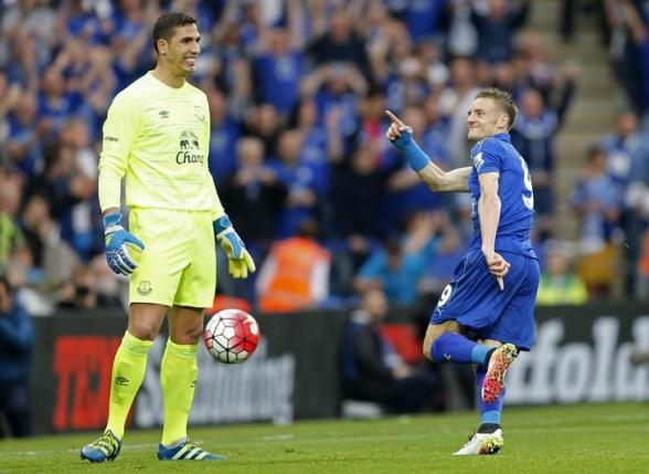 Britain Soccer Football - Leicester City v Everton - Barclays Premier League - King Power Stadium - 7/5/16nJamie Vardy gestures towards Everton's Joel Robles after scoring the third goal for Leicester from the penalty spotnAction Images via Reuters / John CliftonnLivepic