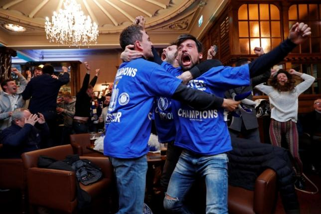 Britain Football Soccer - Leicester City fans watch the Chelsea v Tottenham Hotspur game in pub in Leicester - 2/5/16nLeicester City fans celebrate Chelsea's second goalnReuters / Eddie KeoghnLivepic