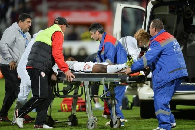 Dinamo Bucharest's Patrick Ekeng is transported to an ambulance after collapsing during a play-off match against Viitorul Constanta in Bucharest, Romania, May 6, 2016.   Inquam Photos/via Reuters