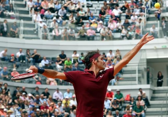 Tennis - Italy Open - Roger Federer of Switzerland v Alexander Zverev of Germany - Rome, Italy - 11/5/16 Federer serves. REUTERS/Stefano Rellandini