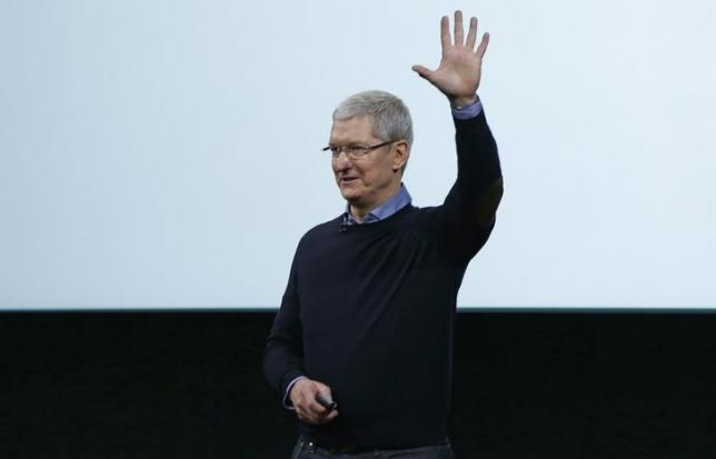 Apple CEO Tim Cook waves goodbye after an event at the Apple headquarters in Cupertino, California March 21, 2016. REUTERS/Stephen Lam/Files