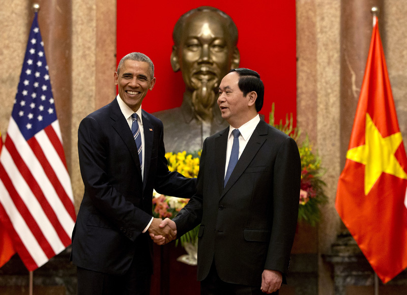 US President Barack Obama, left, and Vietnamese President Tran Dai Quang shake hands at the Presidential Palace in Hanoi, Vietnam, Monday, May 23, 2016. Photo: AP