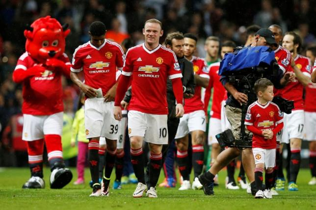 Britain Football Soccer - Manchester United v AFC Bournemouth - Barclays Premier League - Old Trafford - 17/5/16nManchester United's Wayne Rooney and son Kai during a lap of honour after the gamenReuters / Andrew YatesnLivepic