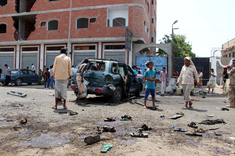 People check the site of a suicide bombing in the southern port city of Aden, Yemen, on May 23, 2016. Photo: Reuters