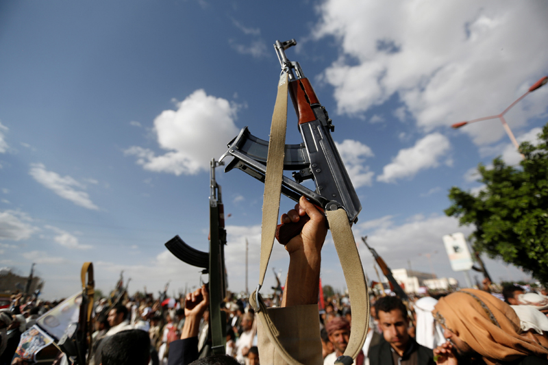 Followers of the Houthi movement hold up their rifles during a demonstration against the US intervention in Yemen, in the country's capital Sanaa May 13, 2016. Photo: Reuters