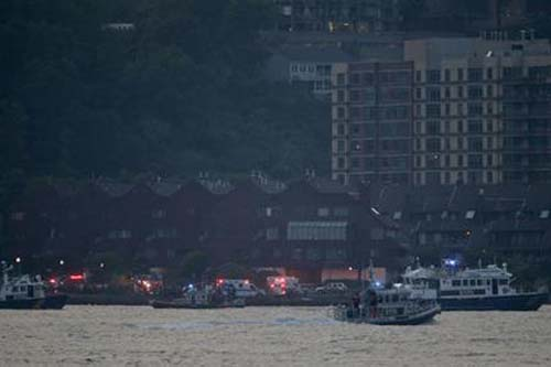 Search and rescue boats look for a small plane that went down in the Hudson River, on Friday, May 27, 2016. Photo: AP
